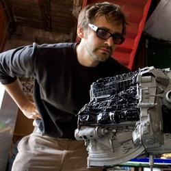 Massimo Müller und ein Modell des Raumschiffs